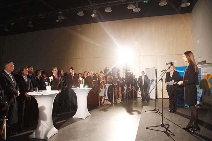 """Ева Паунова ГЕРБ/ЕНП връчи наградата на Българската асоциация по информационни технологии (БАИТ) в най-оспорваната категория – """"Образование"""". Неин носител стана """"Враца Софтуер Общество"""""""