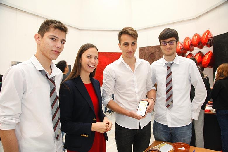 Ева Паунова ГЕРБ/ЕНП по време на старта на регионалното ученическо бизнес състезание за Северна България на Джуниър Ачийвмънт България, което се състоя на 26 април 2016 г. във Велико Търново.